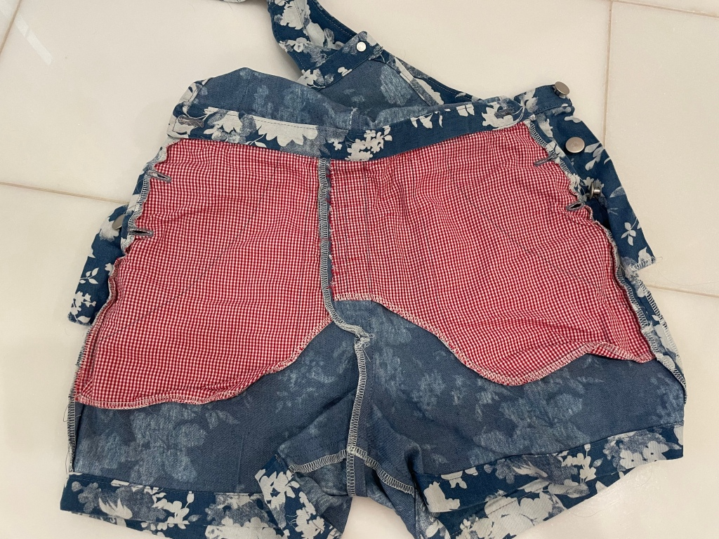 Shorts pants with pocket stay